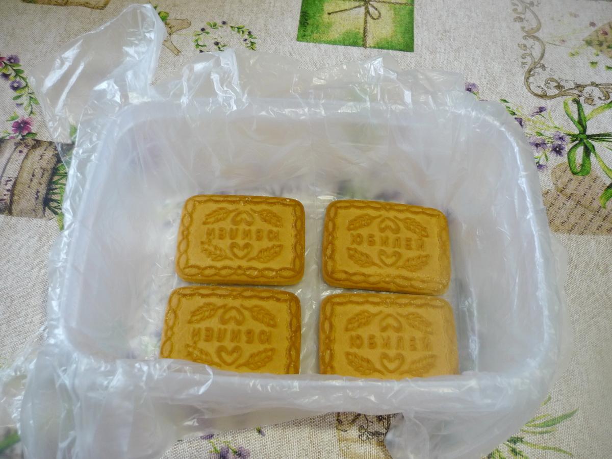 Выложили слой печенья