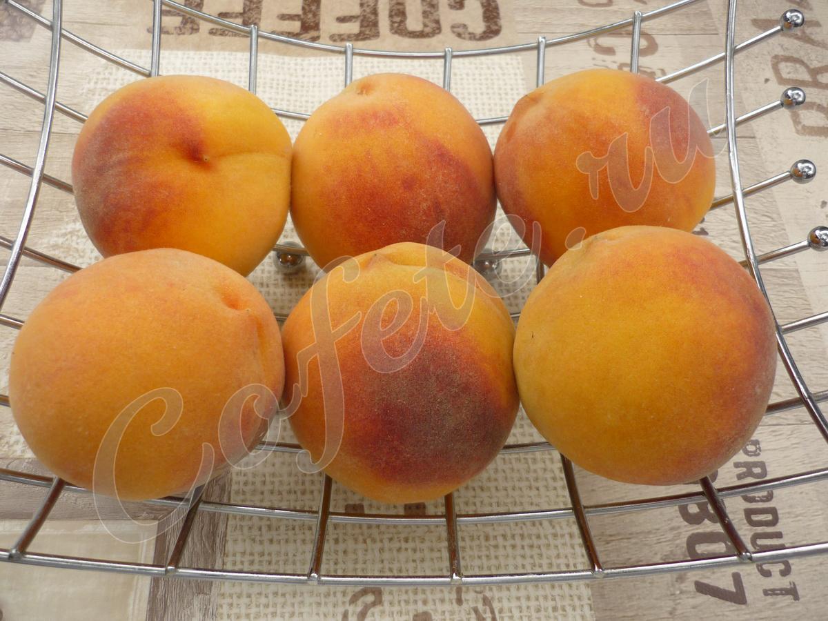 Шесть свежих ароматных персиков