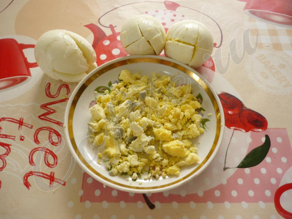 Аккуратно дастаём желтки из яиц