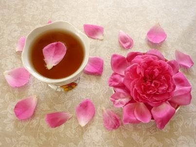 Бутон розы и стакан чая