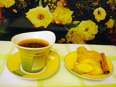 Чашечка кофе с имбирём на блюдце
