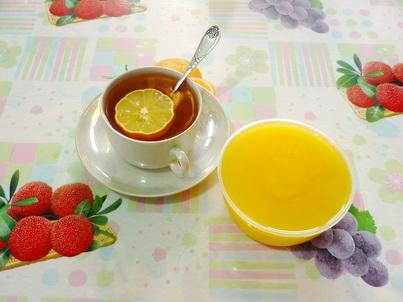 Чашка чая и банка мёда