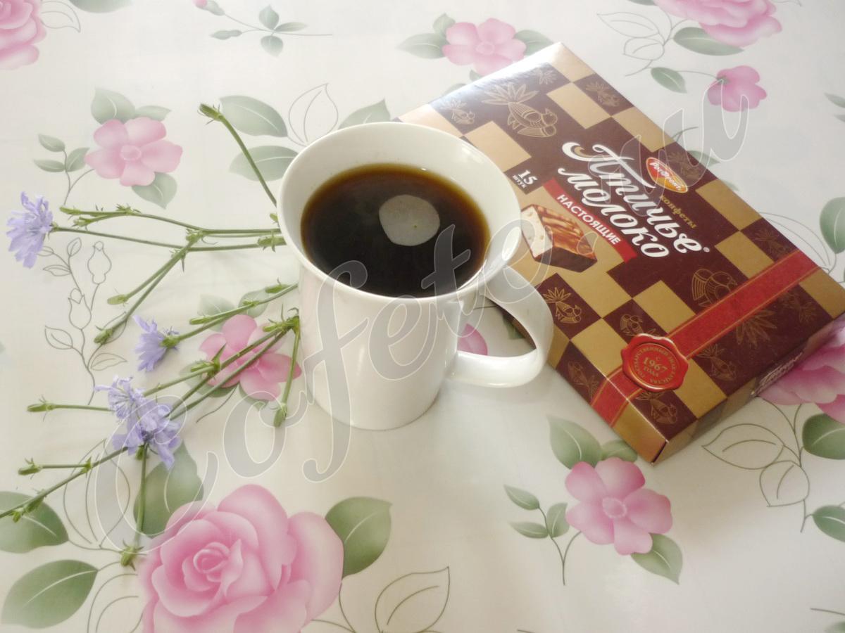 Чашка цикория с конфетами
