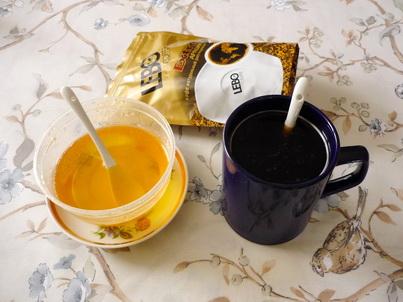 Чашка кофе и баночка мёда