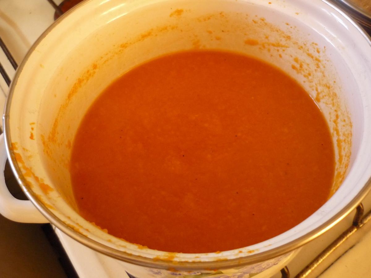 Диетический морковный суп в кастрюле