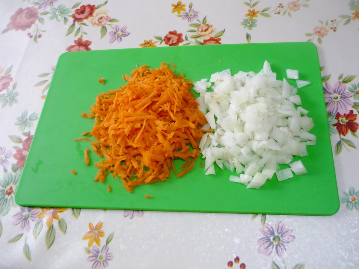 Измельчили для пассеровки овощи