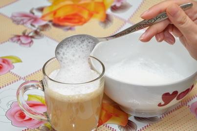 Добавляем в кофе взбитую молочную пену
