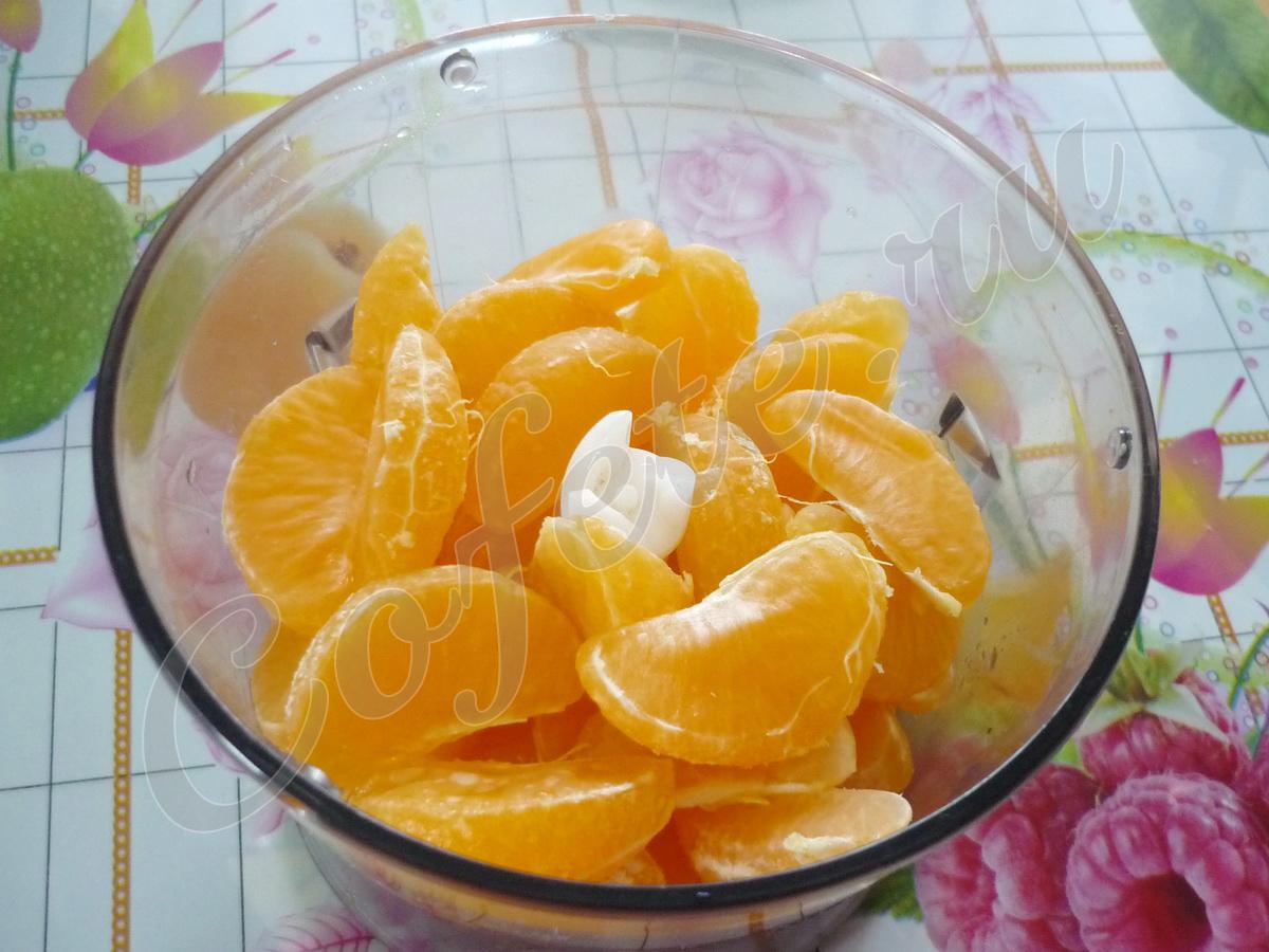Дольки мандарин в чаше блендера