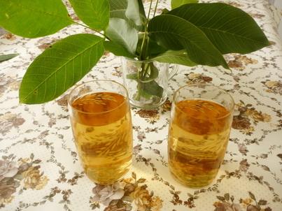 Два стакана чая из листьев грецкого ореха