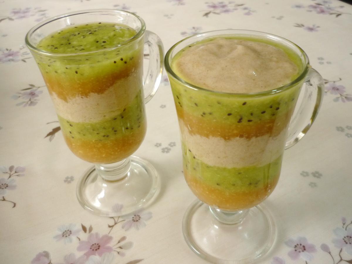 Два стакана фруктового десерта