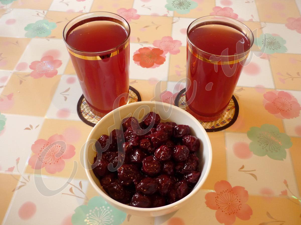Два стакана киселя с вишней из варенья
