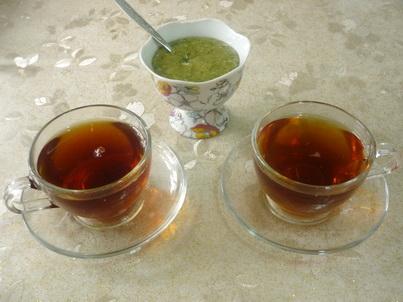 Две чашки чая с десертом
