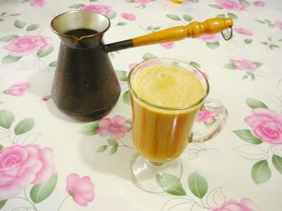 Энергетический напиток и турка с кофе