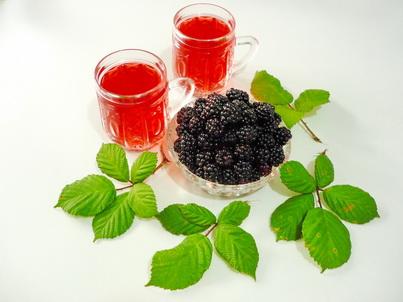 Ежевика и два стакана чая
