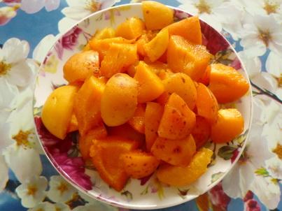 Готовим кусочки абрикос