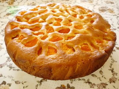 Готовый абрикосовый пирог