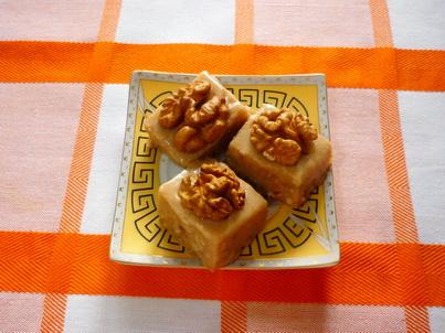 Готовый десерт с грецкими орешками