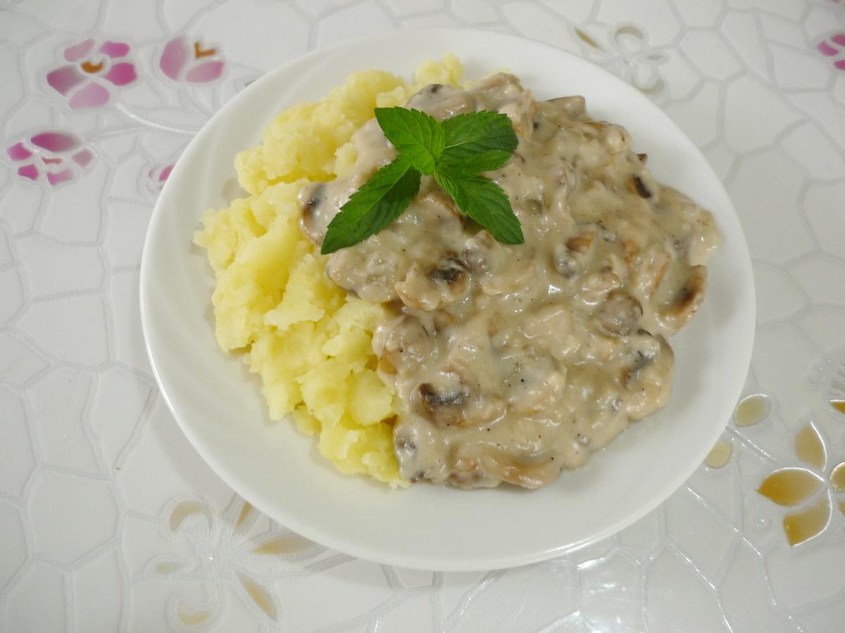 Готовое блюдо подаем с картофельным пюре