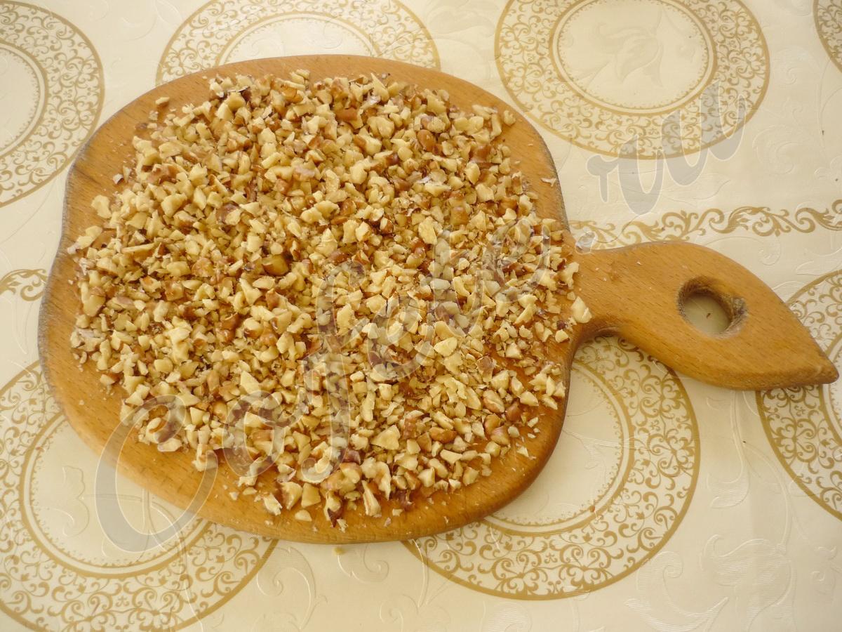 Измельчаем мелко грецкие орехи