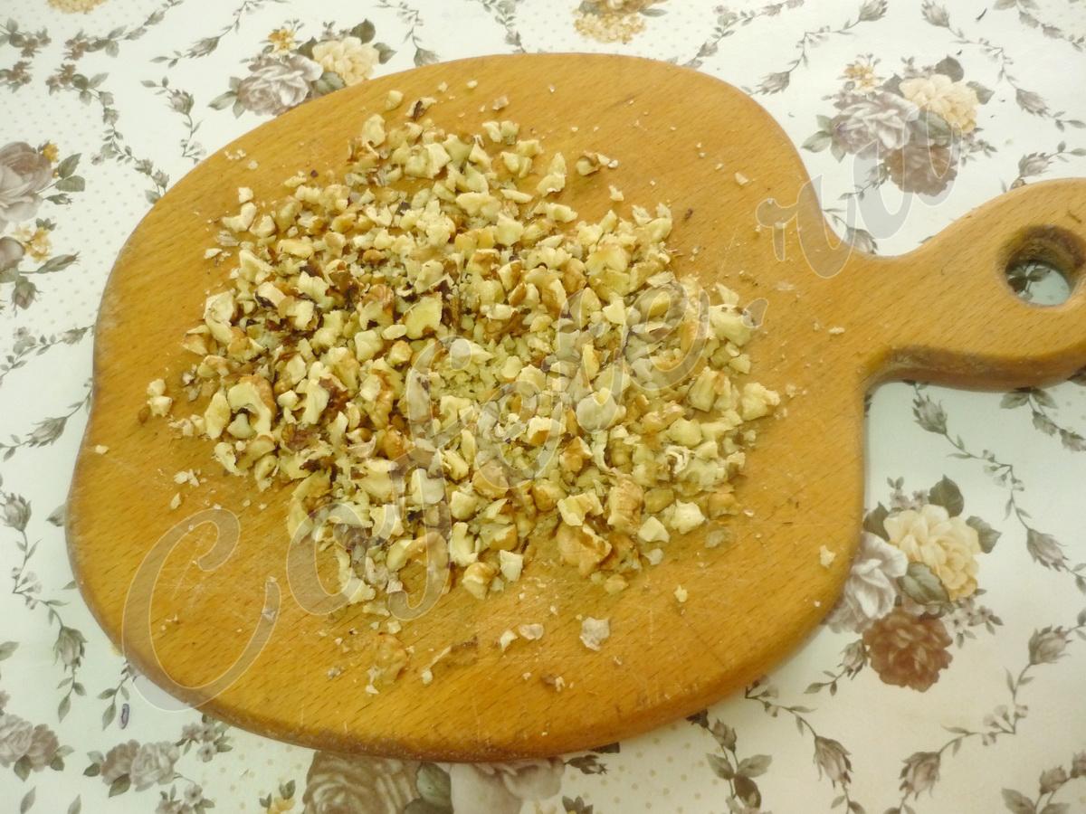 Измельчаем грецкие орехи