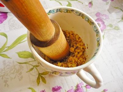 Измельчаем ступкой грецкие орехи