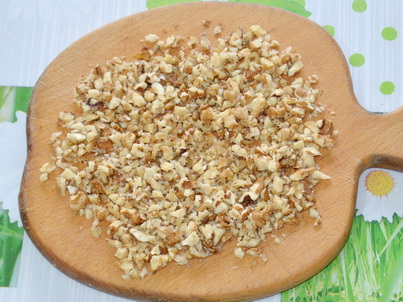 Измельчаем ножом грецкие орехи