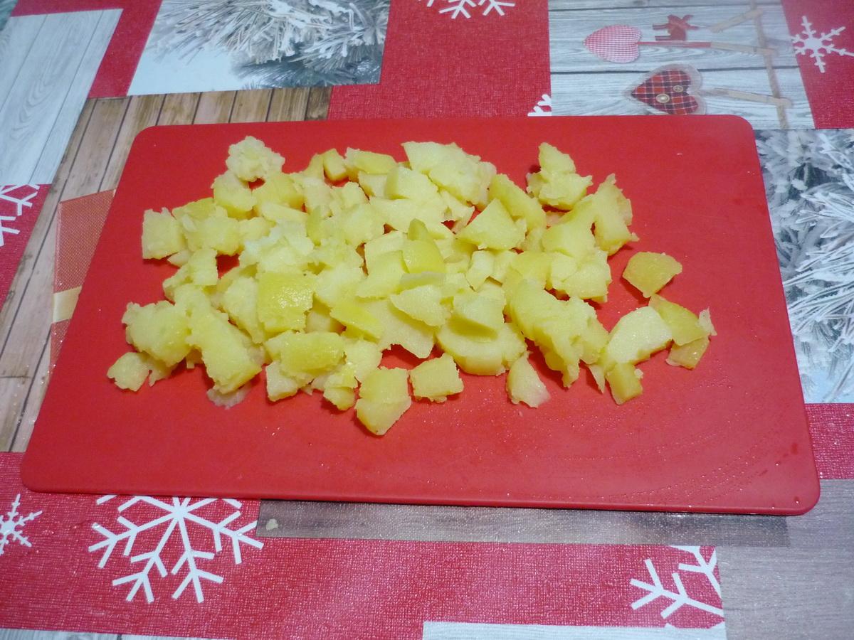 Картофель нарезали кубиком