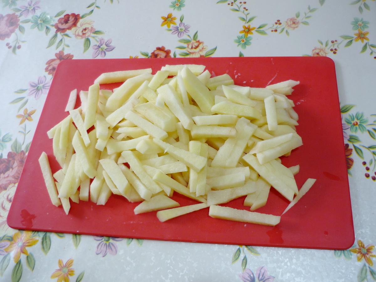 Нарезали соломкой картофель