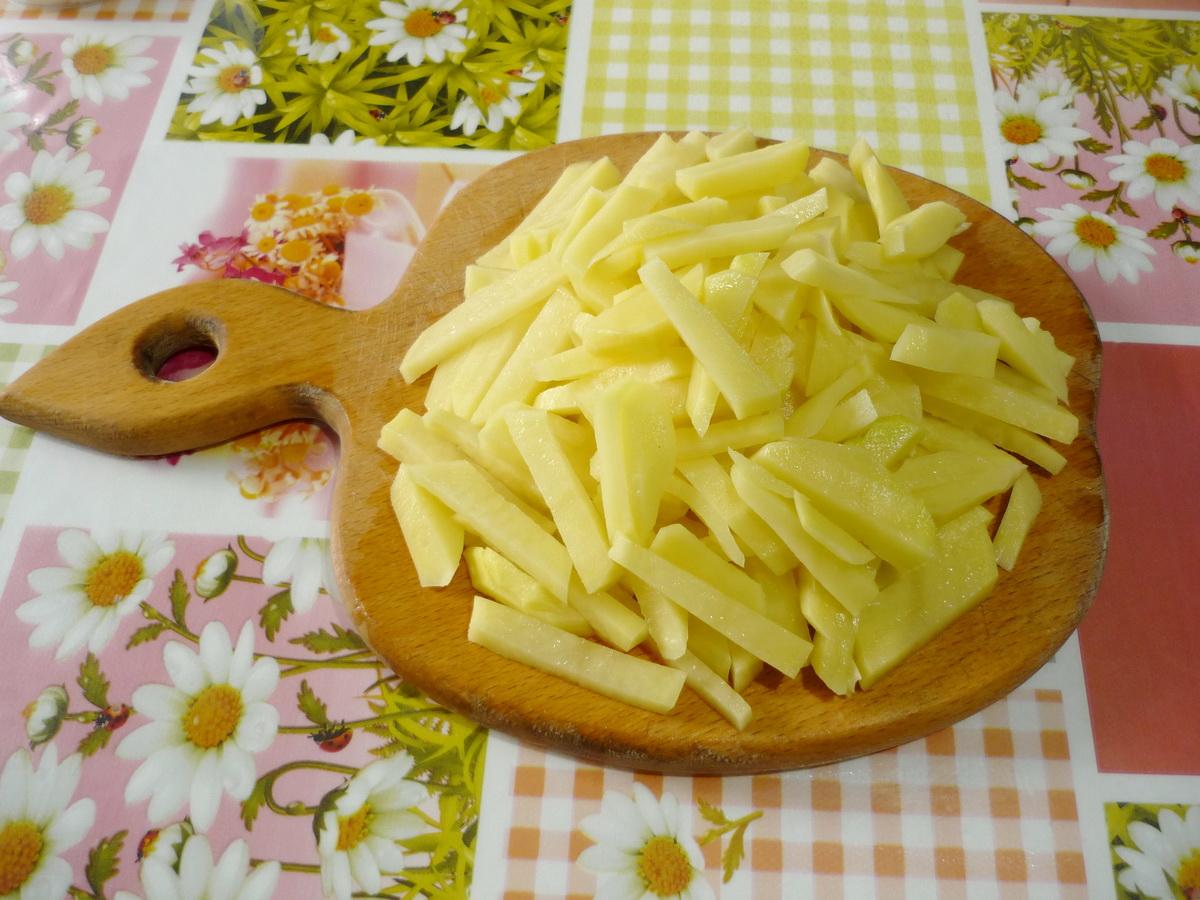 Картофель нарезали соломкой