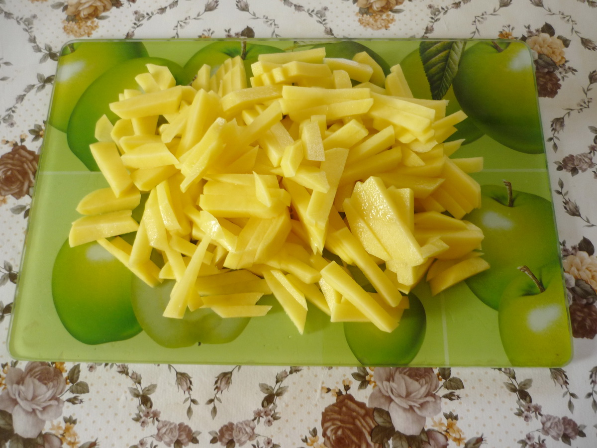 Картошку нарезали соломкой