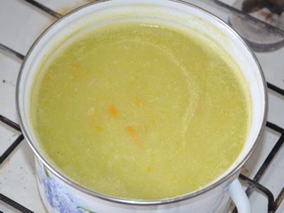 Кастрюля кабачкового супа-пюре