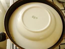 Кладём на рис перевёрнутую тарелку