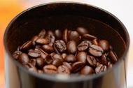 Измельчаем на кофемолке зёрна Арабики
