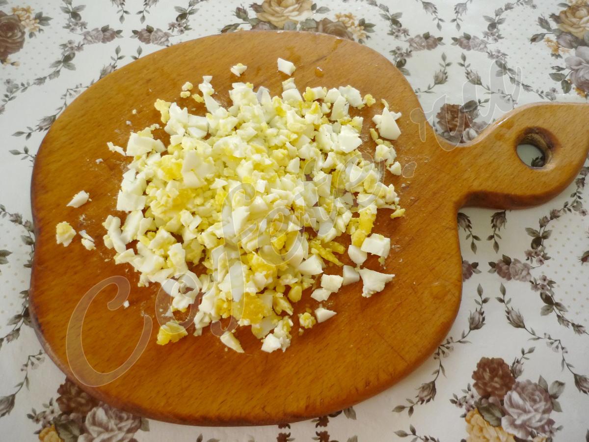 Измельчаем вареные яйца
