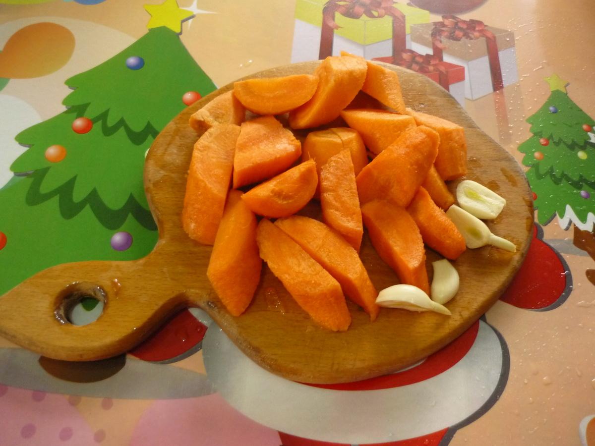 Крупно режем морковь и чеснок