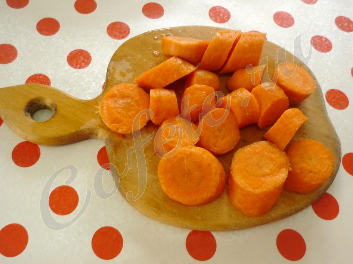 Крупно режем морковь
