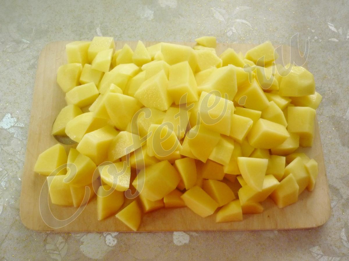 Нарезаем картошку кубиками