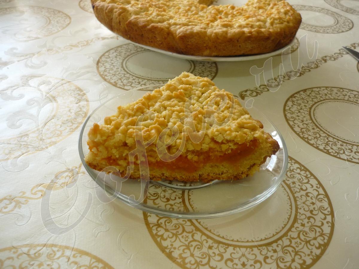 Кусочек кучерявого пирога на блюдце