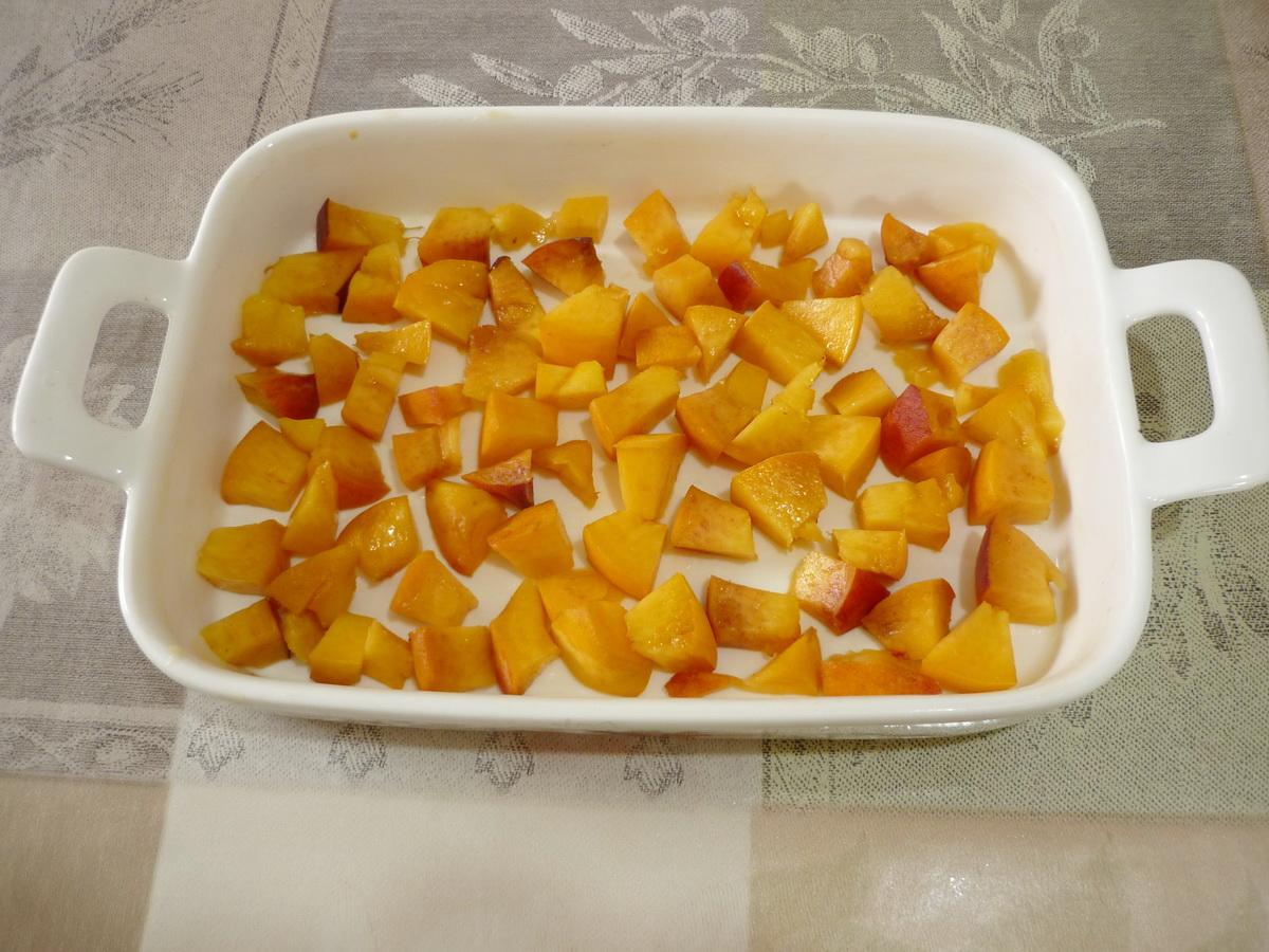 Укладываем персики в форму для запекания