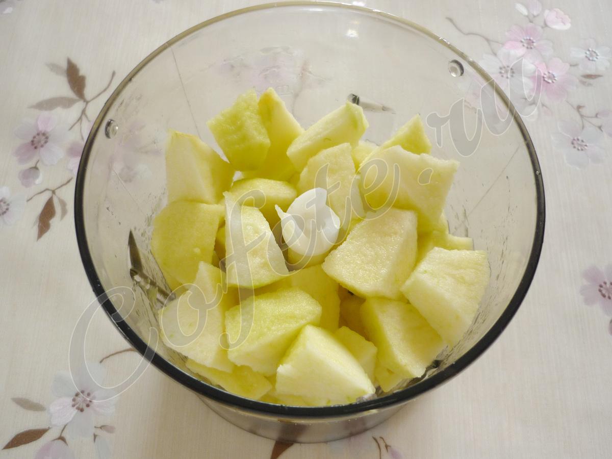 Кусочки яблок в блендере