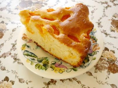 Кусок абрикосового пирога на тарелке