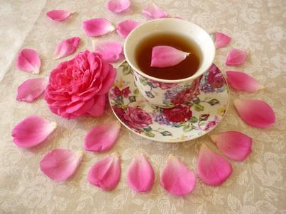 Лепестки розы и чашка чая