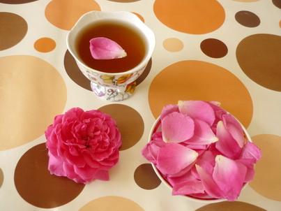 Лепестки розы в блюдце