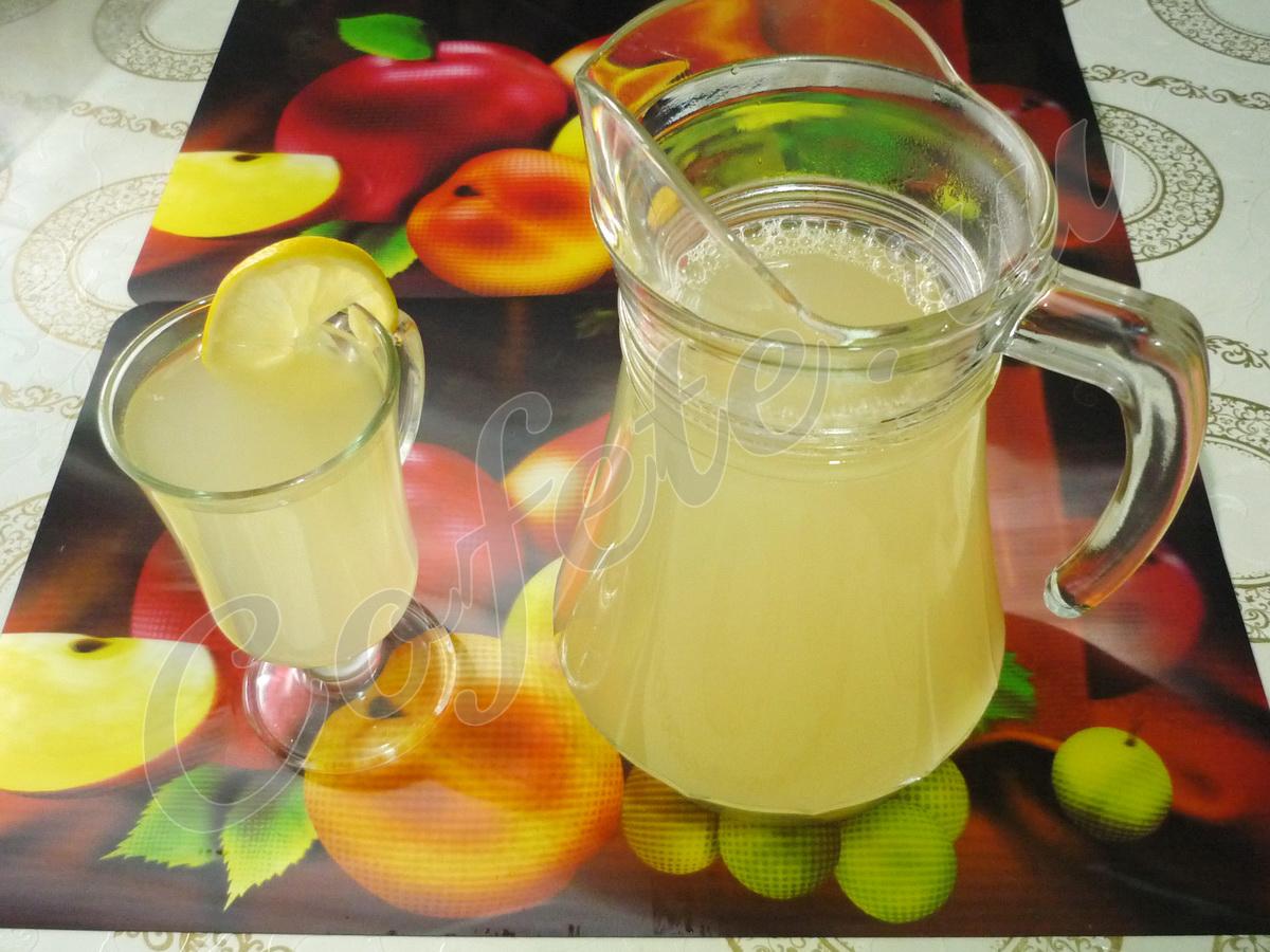 Лимонад с долькой лимона