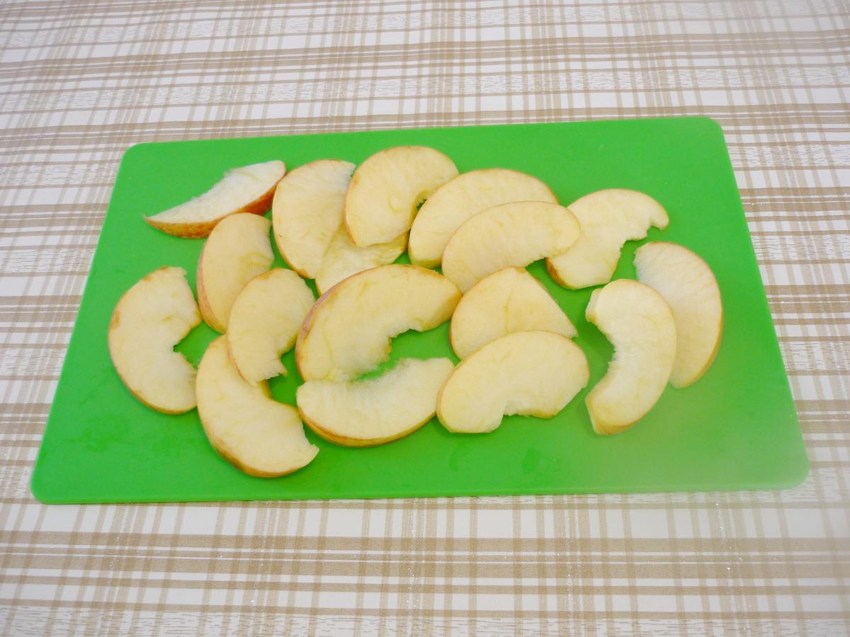 Нарезаем яблоки ломтиками