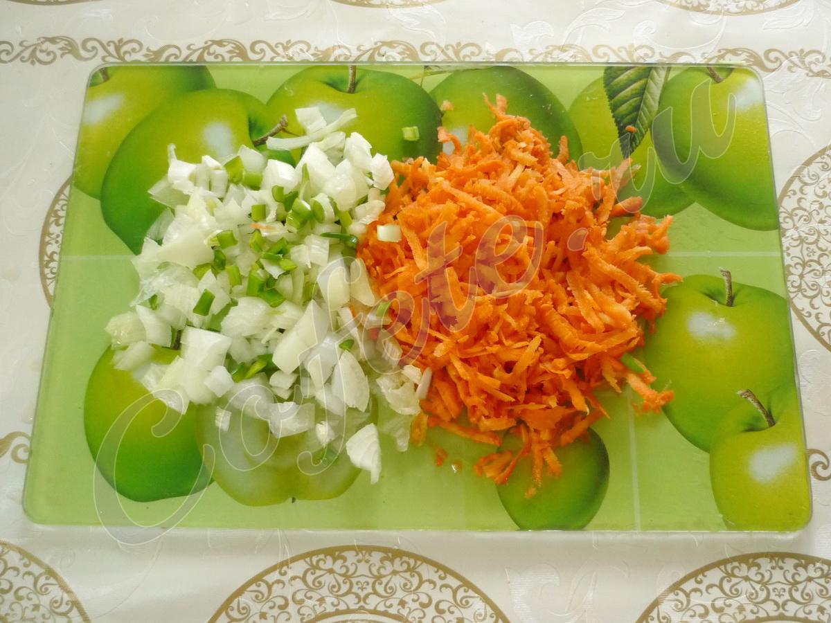 Режем лук и морковь для зажарки