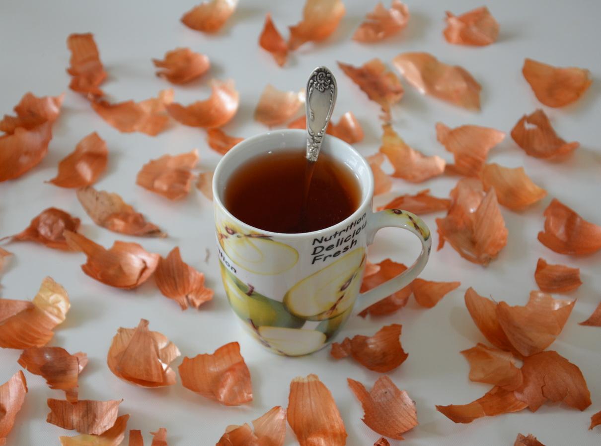 Луковый чай на фоне шелухи