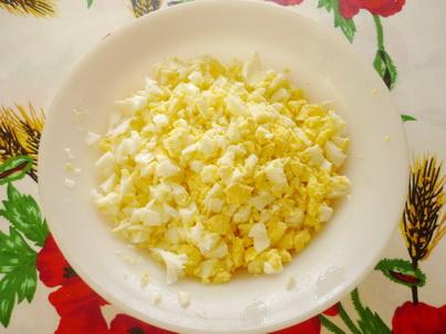 Измельчаем сваренные яйца