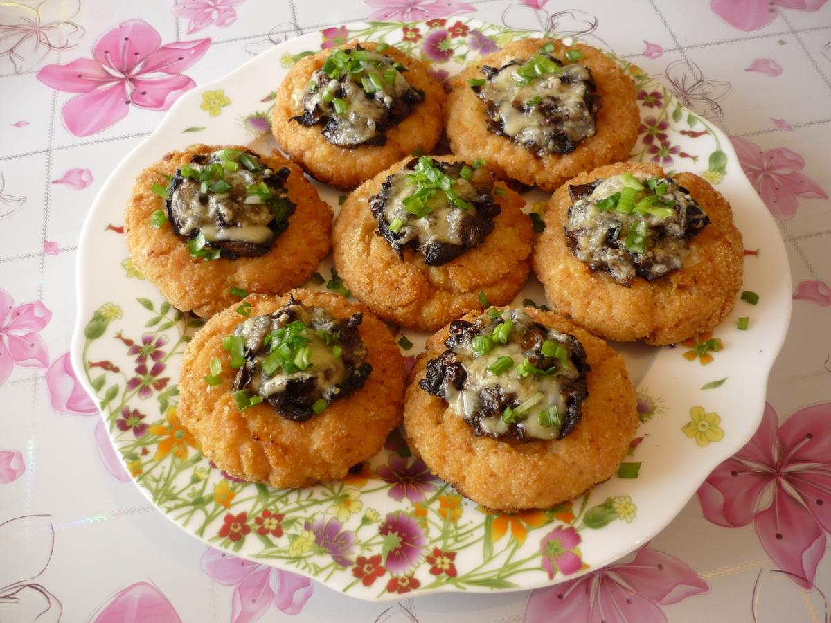 Мясные гнезда на плоской тарелке