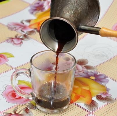 Наливаем кофе из турки в чашку